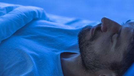 mężczyzna w trakcie snu