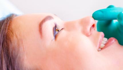 Zabieg korekcji małżowin nosowych.