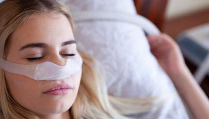 Kobieta śpiąca z aparatem CPAP